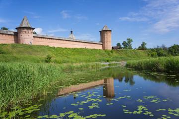 крепость на берегу реки