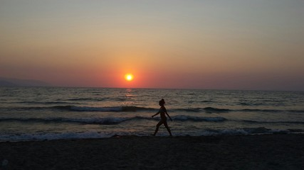 Junge Frau am Strand Spaziergang Sonnenuntergang