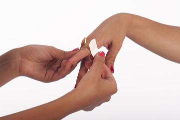 mano di donna con cerotto