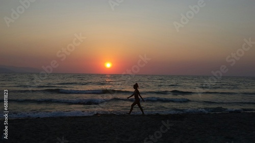 canvas print picture Junge Frau am Strand Spaziergang Sonnenuntergang