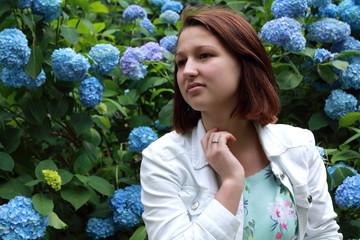 девушка на фоне синих цветов
