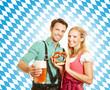 Paar feiert Oktoberfest in Bayern