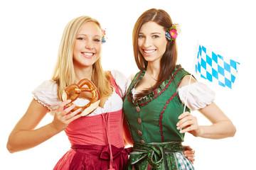 Zwei Frauen im Dirndl in Bayern