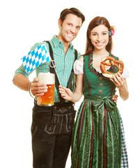 Paar mit Bier und Brezel in Bayern