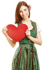 Frau trägt Herz als Symbol für Liebe