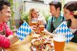 Freunde mit Bier haben Spaß im Biergarten