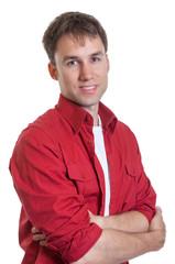 Mann im roten Hemd mit verschränkten Armen