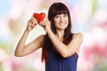 lächelnde junge Frau mit Herz