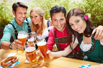 Freunde in Bayern stoßen mit Bier an