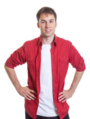 Stehender Mann in rotem Hemd