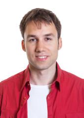 Passfoto eins jungen Mannes mit rotem Hemd
