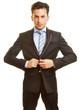 canvas print picture - Geschäftsmann knöpft Anzug zu