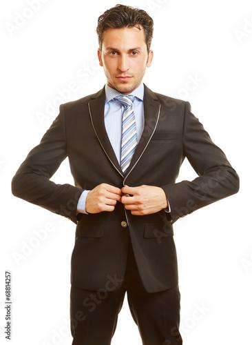 canvas print picture Geschäftsmann knöpft Anzug zu