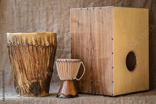 Leinwanddruck Bild percussion instruments - Cajon and Djembe