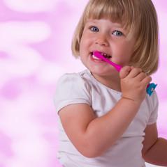 mädchen lächelt beim Zähneputzen