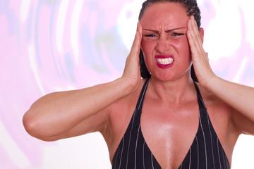 Frau im Stress hat Kopfschmerzen