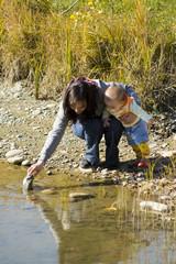 Мама с ребёнком изучают подводный мир
