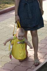 Мама несёт ребёнка в сумке