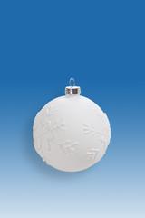 Weisse Weihnachtskugel auf blauem Hintergrund