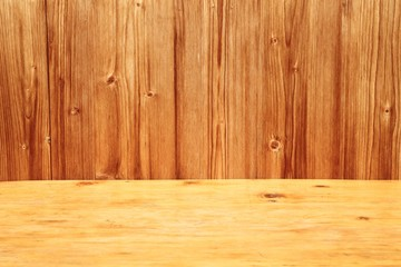 Holztisch vor holzwand