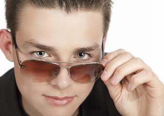 Portrait eines jungen mit Sonnenbrille