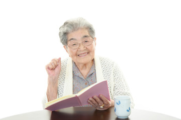 寛ぐ年輩者の女性