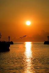 Port podczas wschodu i zachodu słońca