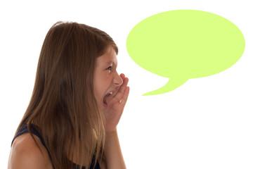 Junges Mädchen beim Schreien mit Sprechblase und Textfreiraum