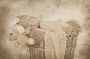 Newborn hält Teddy