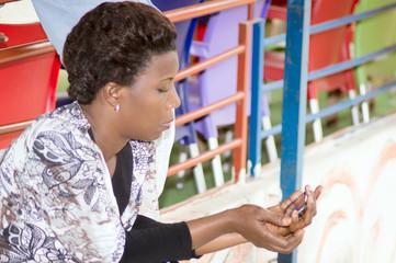 jeune femme assise regardant téléphone portable
