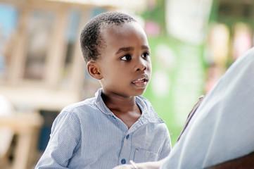 un enfant à l'écoute de sa mère