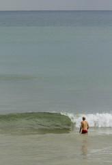 Hombre bañandose en el mar