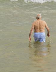 Anciano bañandose en el mar