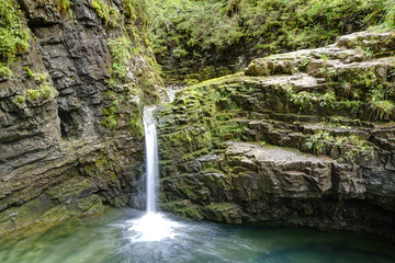 Wasserfall in eine Lagune