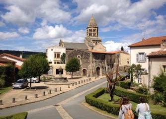 il villaggio e la chiesa di Saint Saturnin, Auvergne - Francia