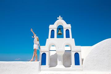 Hübsche Frau im weißen Kleid auf Santorini in Creta