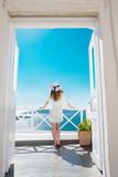 Fototapety Hübsche Frau im weißen Kleid auf Santorini in Creta
