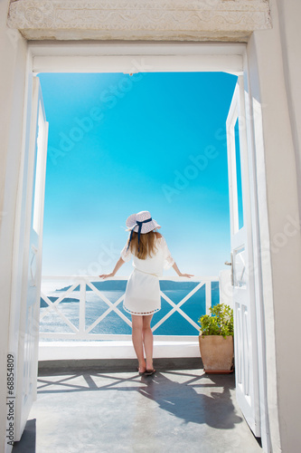 canvas print picture Hübsche Frau im weißen Kleid auf Santorini in Creta