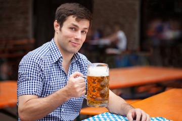 Deutscher beim Bier trinken