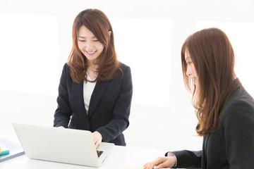 パソコンを見る二人の女性 ビジネス