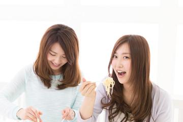 パスタを食べる二人の女性