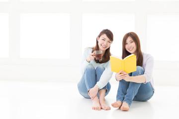 本を読む2人の女性