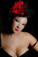 Junge asiatische  Frau in Dessous mit Hut