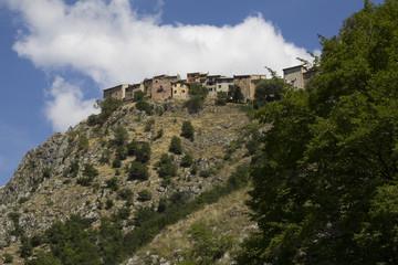 Villaggio arroccato sulla cima della montagna