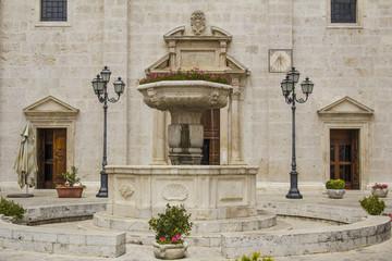 Dettagli della facciata della chiesa di Pacentro
