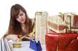 Frau packt Geschenke ein.