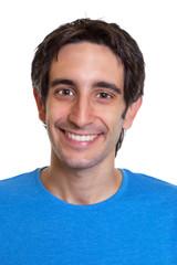 Passfoto eines lachenden jungen Mannes mit schwarzen Haaren