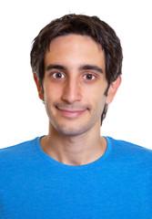 Passfoto eines lächelnden jungen Mannes mit schwarzen Haaren
