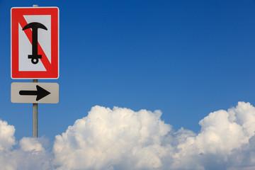 Schifffahrtszeichen Ankern verboten in Wolken