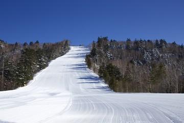 朝一番の圧雪されたゲレンデ(スキー場)